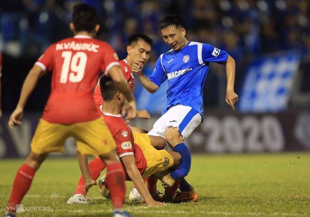 Pha va chạm với Hoàng Lâm khiến Hải Huy gãy chân, trong trận Quảng Ninh thua Hà Tĩnh 0-2 ngày 6/6.
