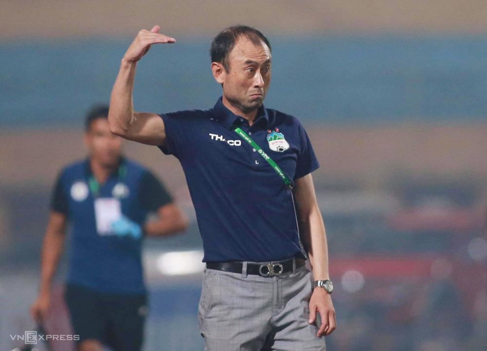 HLV Lee Tae-hoon chỉ đạo tkhi HAGL thua Hà Nội 0-3 trên sân Hàng Đẫy ngày 6/6. Ảnh: Lâm Thoả