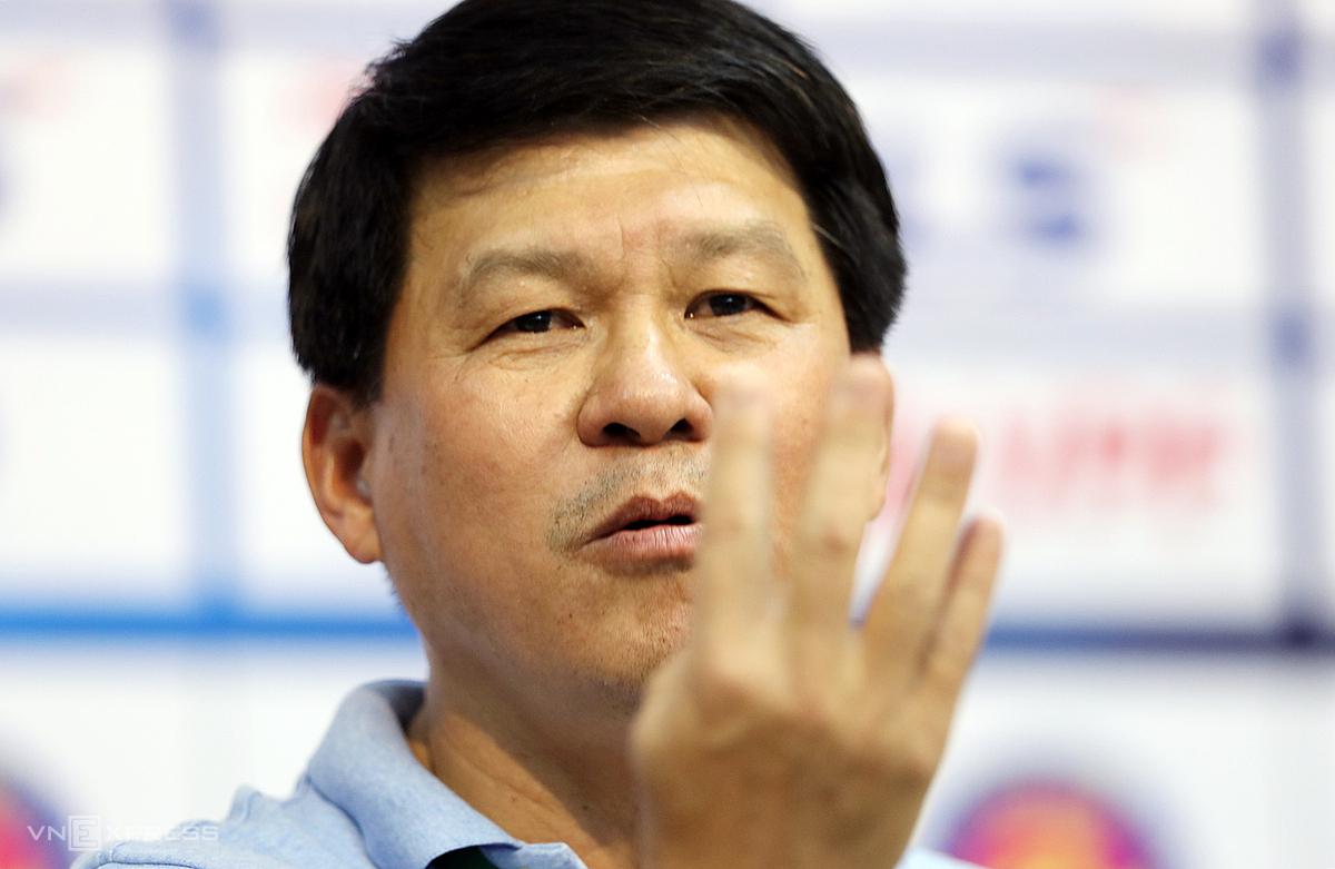 HLV Vũ Tiến Thành đưa ra giả thuyết, nếu Bà Rịa - Vũng Tàu vô địch Cup Quốc gia và không lên hạng, khi ấy đội bóng phố biển phải thuê bốn ngoại binh chỉ để đá AFC Cup 2021. Ảnh: Đức Đồng.
