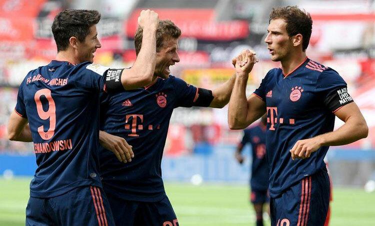 Lewandowski (trái) đang chơi hay chưa từng thấy. Ảnh: Reuters.