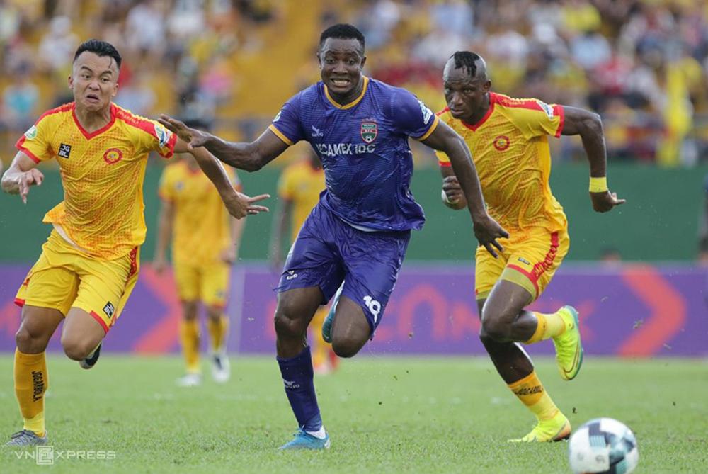 Thanh Hóa (áo vàng) bị Bình Dương loại ở vòng 1/8 Cup Quốc gia và đang đứng cuối bảng điểm V-League 2020 sau 3 trận thua liên tiếp. Ảnh: Đức Đồng