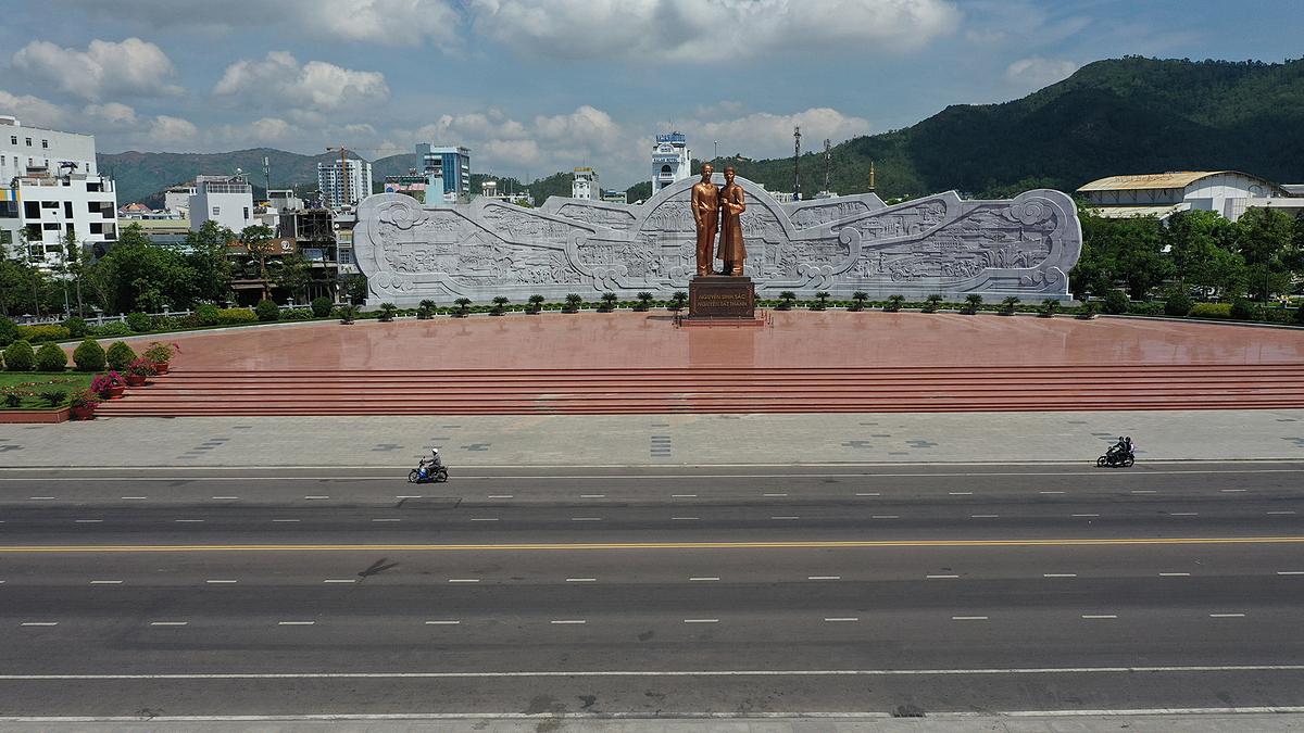 Khu vực xuất phát, về đích đặt ngay trước quảng trường Nguyễn Tất Thành. Ảnh: Ngọc Thành