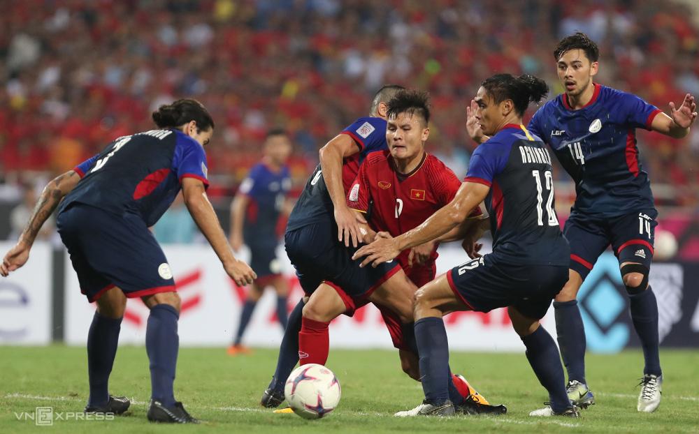 Quang Hải tranh chấp với cầu thủ Philippines trong trận thắng 2-1 tại Mỹ Đình năm 2018. Ảnh: Lâm Thoả