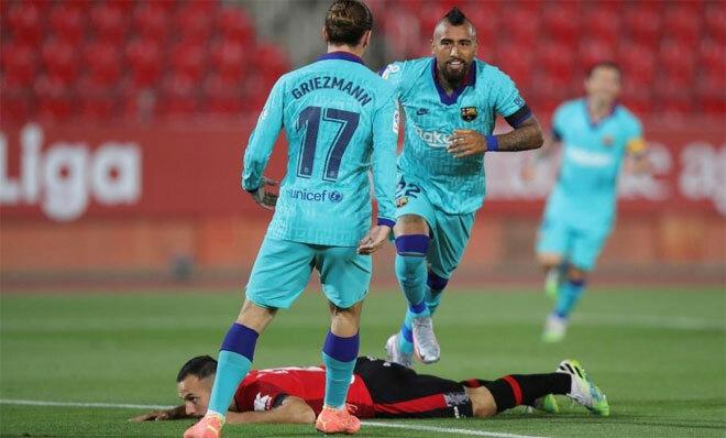 Vidal di chuyển khôn khéo ghi bàn đầu cho Barca. Ảnh: EFE.