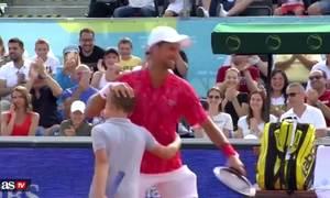 Djokovic thua cậu bé nhặt bóng