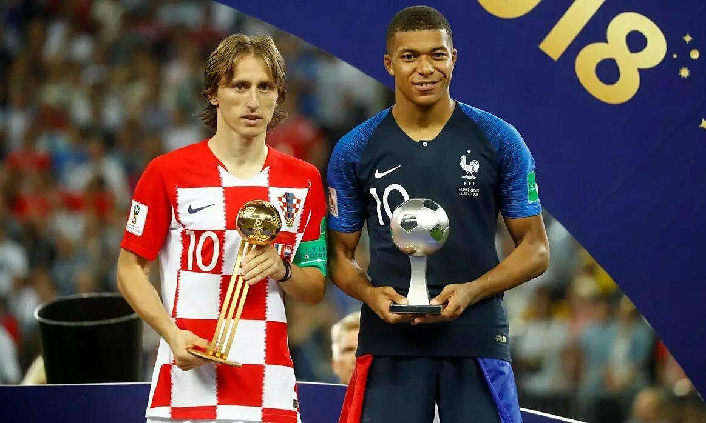 Modric (trái) cùng Mbappe lần lượt nhận giải Cầu thủ xuất sắc và Cầu thủ trẻ xuất sắc ở World Cup 2018. Ảnh: Reuters.