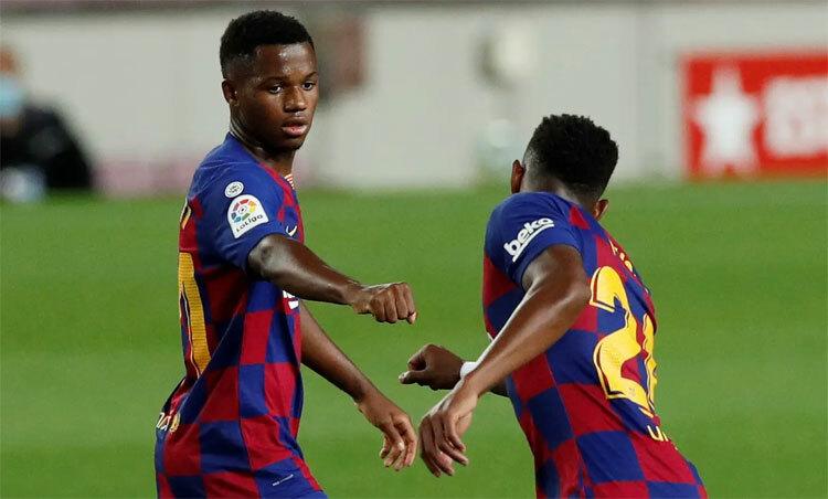 Hai cầu thủ trẻ Fati và Firpo đều đá chính. Ảnh: Reuters.