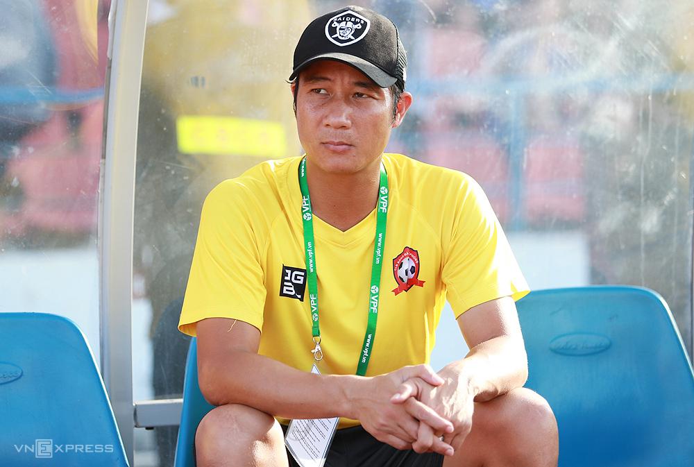 HLV phó CLH Hải Phòng trong trận thua Quảng Ninh 0-1 trên sân Lạch Tray ngày 17/6. Ảnh: Lâm Thoả