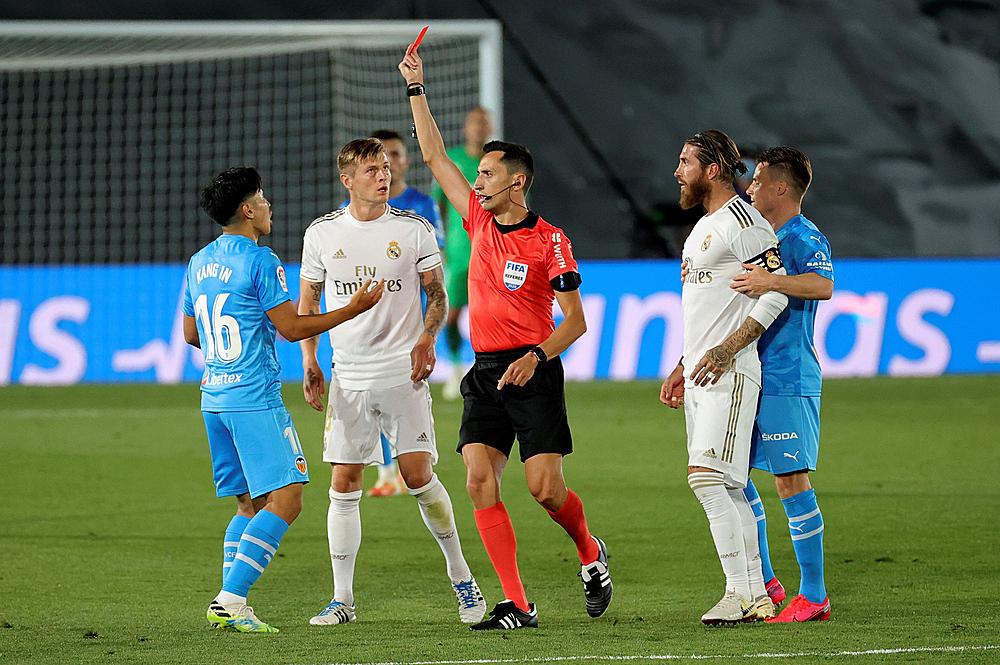 Lee Kang In (trái) nhận thẻ đỏ sau hành vi bạo lực với Ramos. Ảnh: EPA.