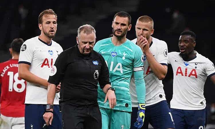 Các cầu thủ Tottenham khiếu nại sau khi trọng tài lần thứ hai cho Man Utd hưởng phạt đền. Ảnh: Reuters.