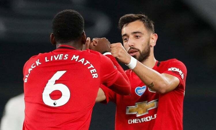 Fernandes chia vui với Paul Pogba sau khi ghi bàn gỡ hoà cho Man Utd. Ảnh: Reuters.