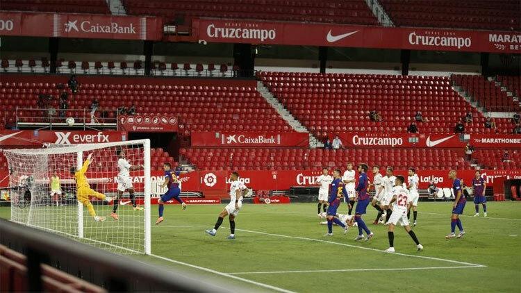 Kounde giải nguy sau cú sút của Messi. Ảnh: EFE.