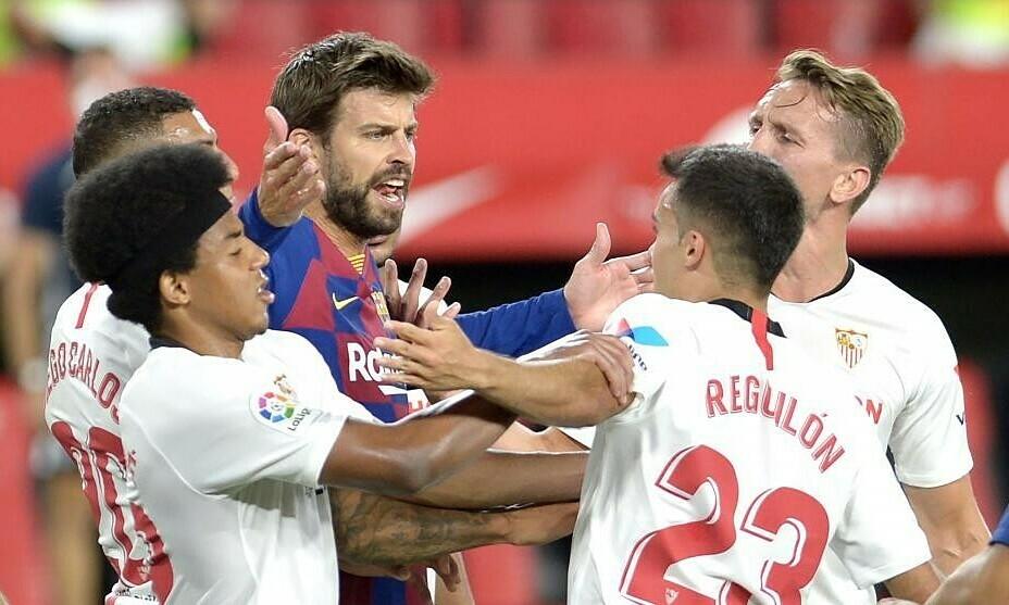 Pique không vui vì trận hòa Sevilla. Ảnh: AFP.