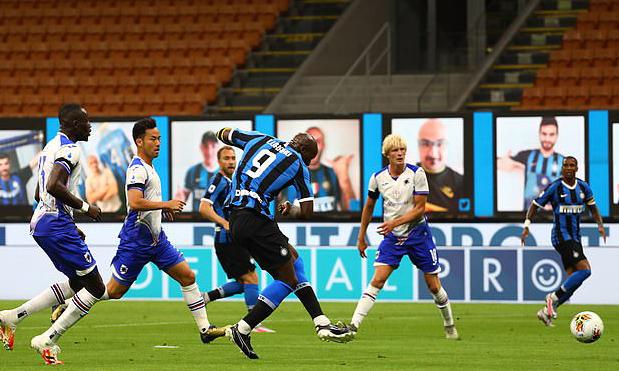 Lukaku mở tỷ số sau pha bật tường với Eriksen. Ảnh: Inter FC.