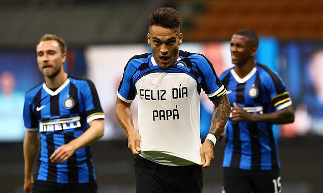 Lautaro Martinez vén áo, lộ dòng chữ chúc mừng ngày của cha, sau khi nâng tỷ số lên 2-0. Ảnh: Inter FC.