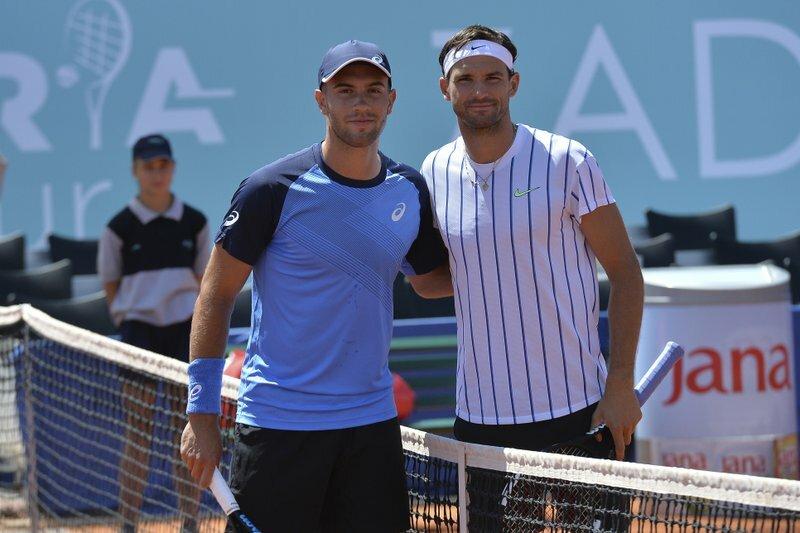 Coric (trái) và Dimitrov trong trận đấu tại Adria Tour hôm 20/6. Ảnh: AP.