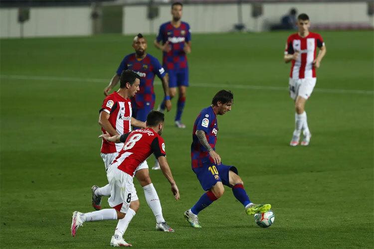 Messi sắm cả vai tiền đạo và tiền vệ.