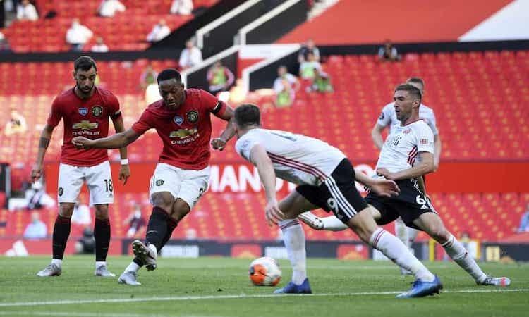 Hàng thủ Sheffield United không thể đứng vững trước sức ép của Man Utd. Ảnh: AP.