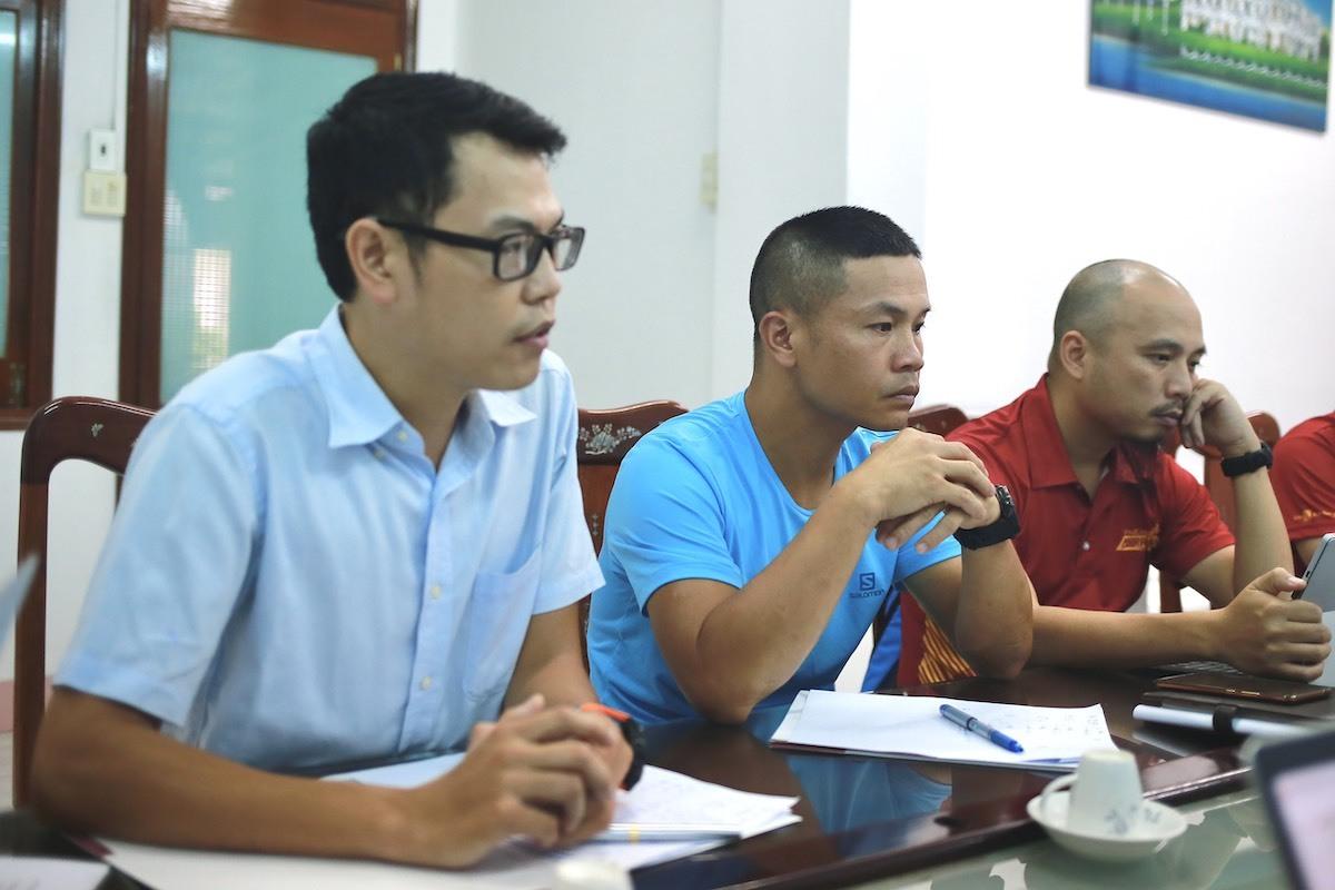 Bác sĩ Hoàng Chí Cương, Vũ Quang Hưng trao đổi với Sở y tế Bình Định.