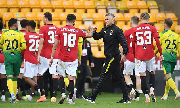 Solskjaer xuống sân chúc mừng học trò, sau khi hạ Norwich 2-1 tối 27/6. Ảnh: Reuters.