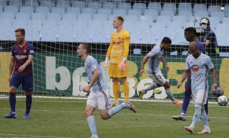 Thủ môn Ter Stegen bất lực nhìn bóng bay vào lưới sau cú sútphạt của Iago Aspas. Ảnh: AP.