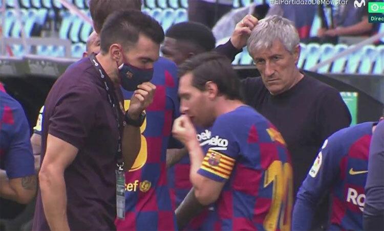 Sarabia và Messi tranh luận với nhau.