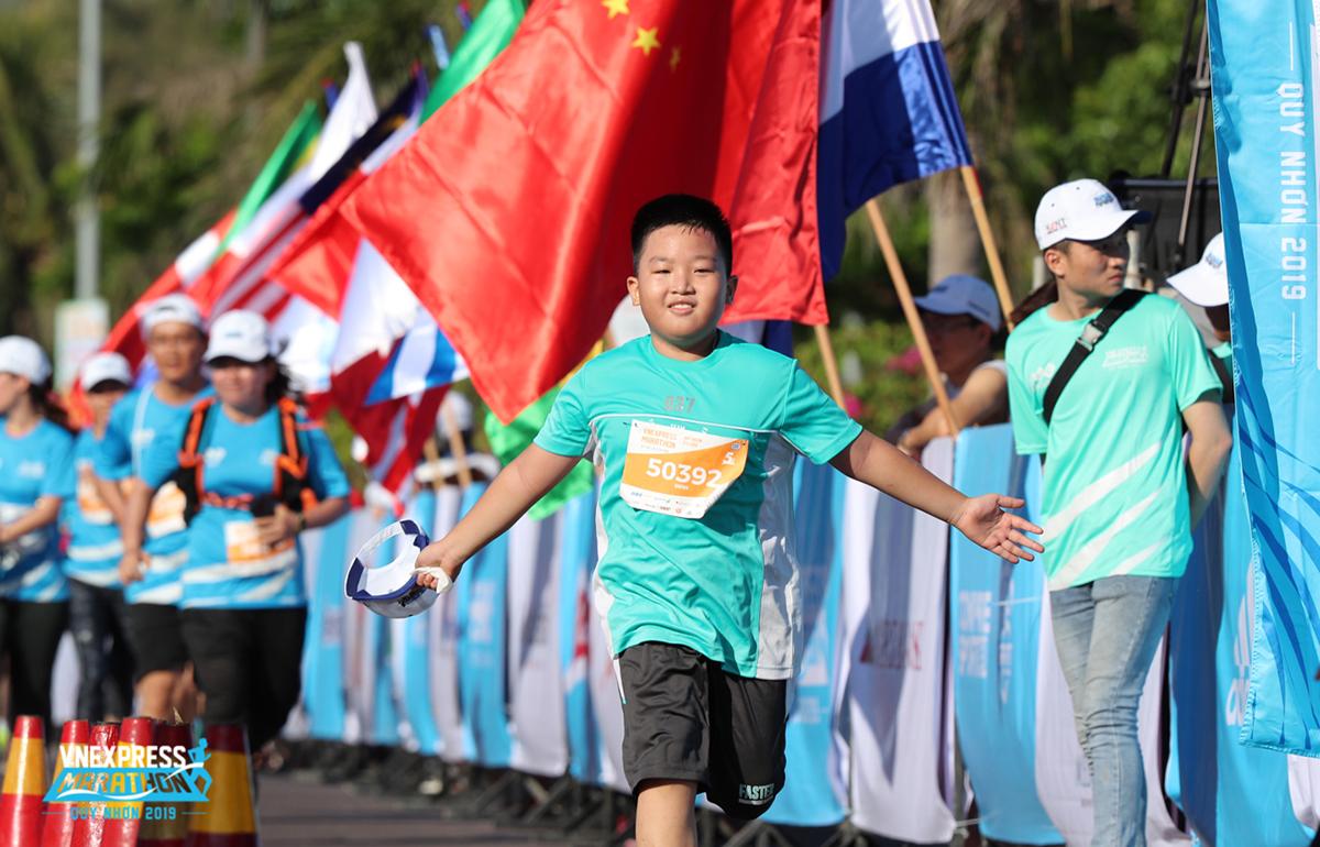 Một vận động viên nhí về đích tại VnExpress Marathon Quy Nhơn năm 2019.