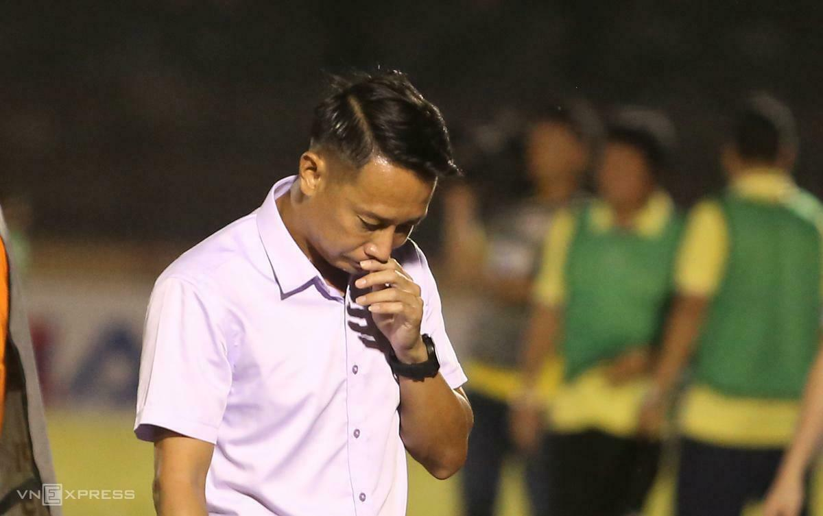 HLV Vũ Hồng Việt buồn bã sau trận thua thảm Đà Nẵng ở V-League hôm qua. Ảnh: Đắc Thành.