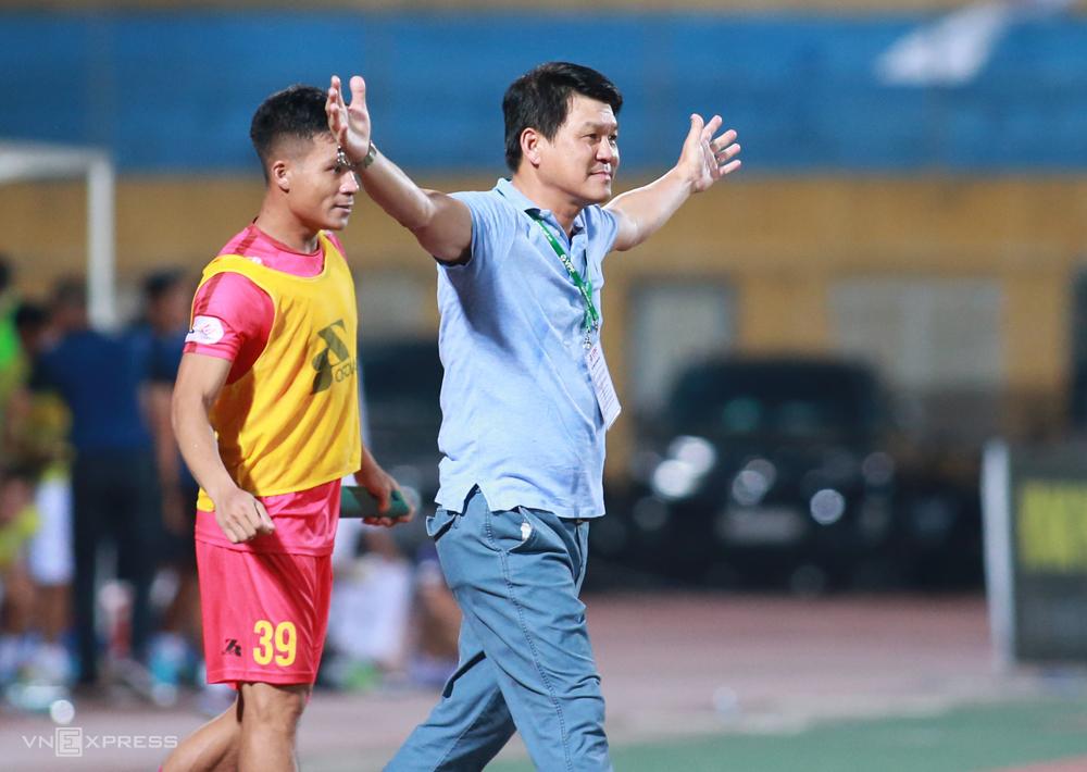 Chủ tịch kiêm HLV Vũ Tiến Thành ăn mừng sau trận thắng Hà Nội 1-0 trên sân Hàng Đẫy tối 30/6. Ảnh: Lâm Thoả