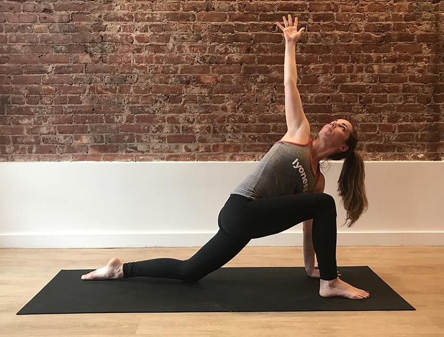 Cơ thể của runner sẽ linh hoạt hơn nhờ các bài tập dẻo dai của yoga. Ảnh: Wellandgood.