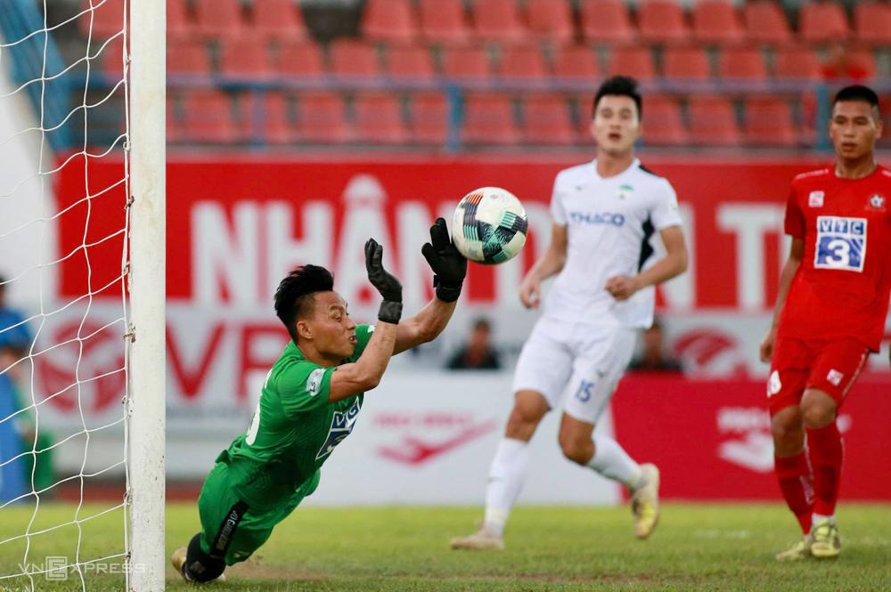 Thủ môn Văn Luân có bốn pha đấm bóng cứu thua khi Hải Phòng hoà 0-0 với HAGL trên sân Lạch Tray ngày 29/6. Ảnh:Lâm Thoả