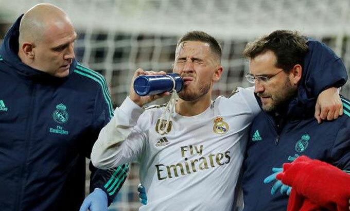 Hazard luôn là mục tiêu đánh chặn của đối thủ. Ảnh: Reuters.