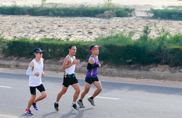 Các vận động viên chạy thử cung 42km sáng 27/6.