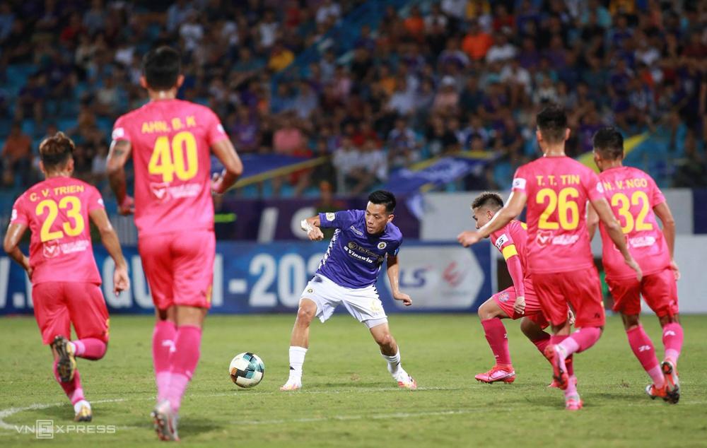 Hà Nội vấp phải hệ thống phòng ngự số đông của Sài Gòn, không thể ghi bàn, thua Sài Gò 0-1 trên sân Hàng Đẫy ngày 30/6. Ảnh: Lâm Thoả