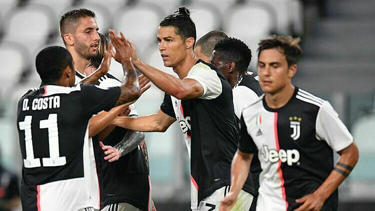 Ronaldo (giữa) mừng bàn thứ 24 tại Serie A mùa này. Ảnh: Omni.