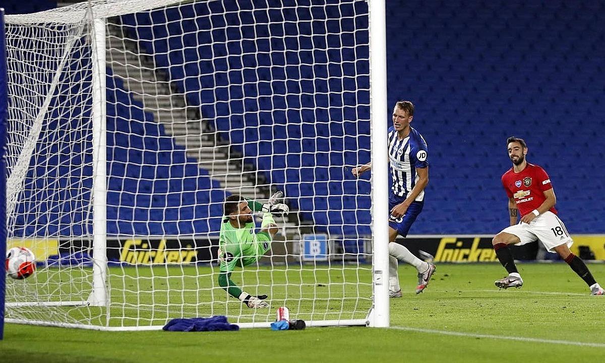 Fernandes kết thúc pha phản công mẫu mực của Man Utd. Ảnh: PA.