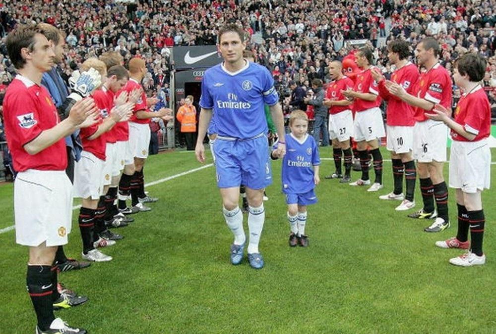 Cầu thủ Man Utd xếp hàng chào đón Chelsea cuối mùa 2004-2005. Ảnh: PA.
