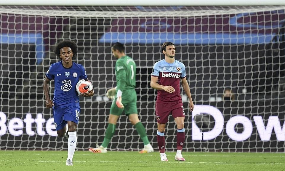 Willian (trái) lập cú đúp nhưng không thể cứu được Chelsea. Ảnh: AP.