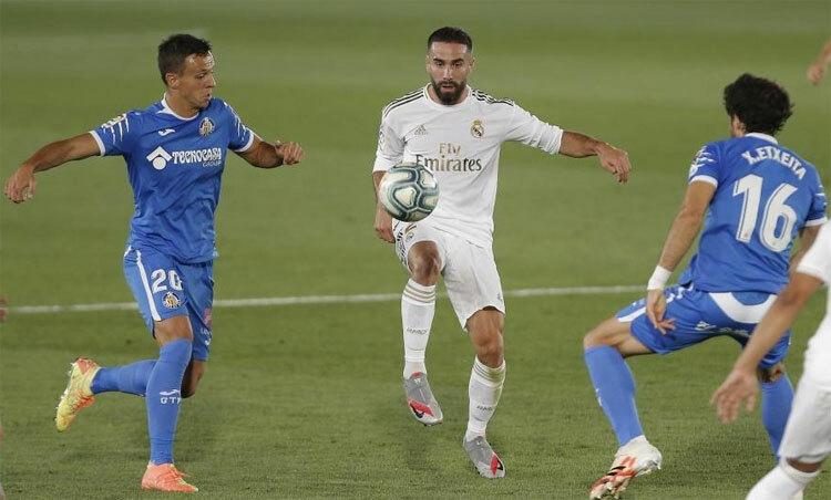 Carvajal (giữa) đóng vai người hùng trong chiến thắng. Ảnh: Marca.