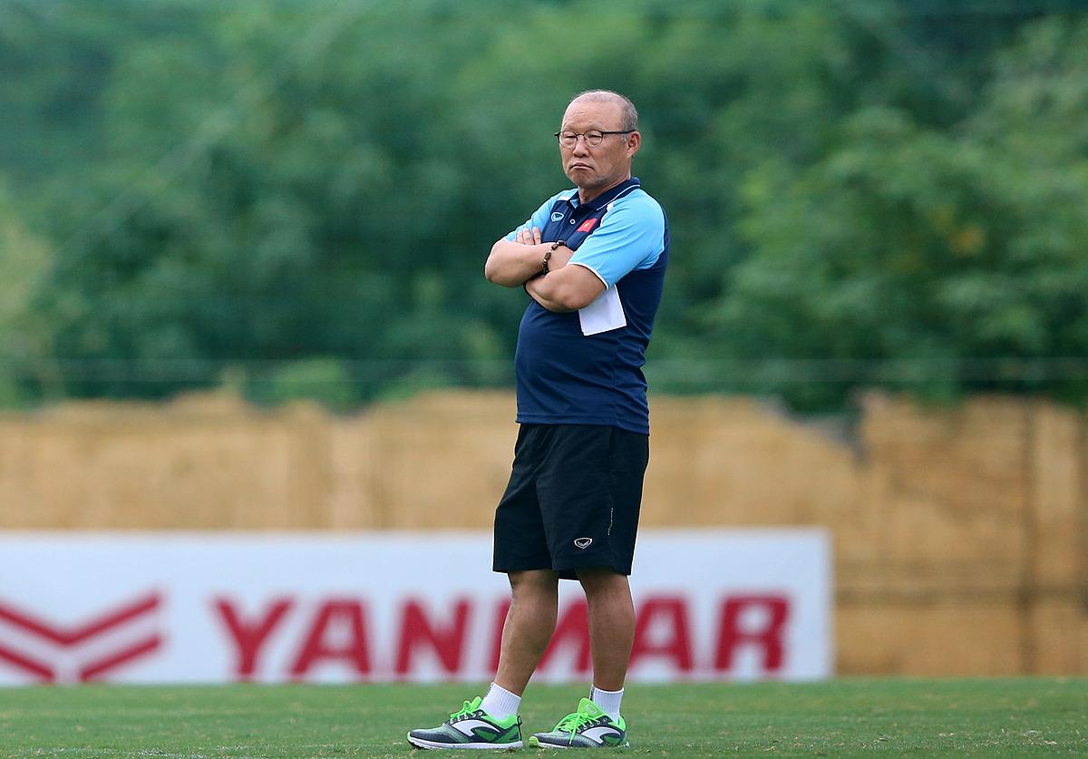 HLV Park quan sát các cầu thủ U22 Việt Nam tập luyện chiều 2/7. Ảnh: Nam Anh.