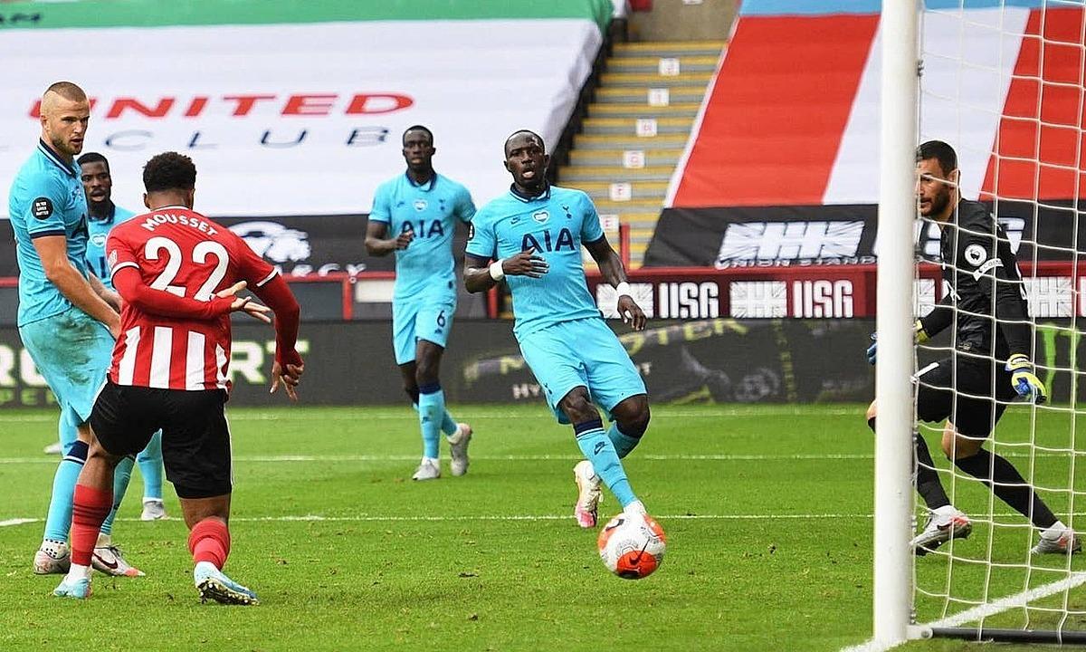 Hàng thủ Tottenham đứng nhìn Mousset đệm bóng vào lưới. Ảnh: Reuters.