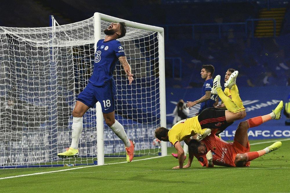 Giroud (trái) đối mặt với thủ môn Watford ba lần. Ảnh: AP.