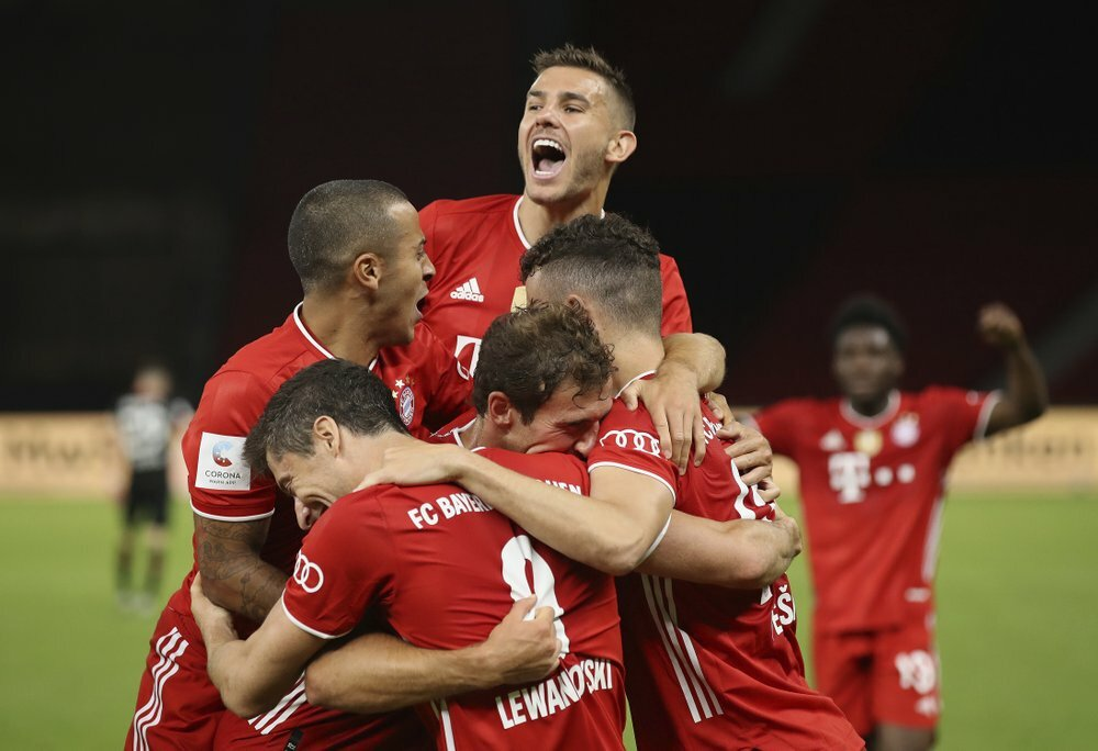 Cầu thủ Bayern mừng bàn ấn định chiến thắng của Lewandowski. Ảnh: AP.