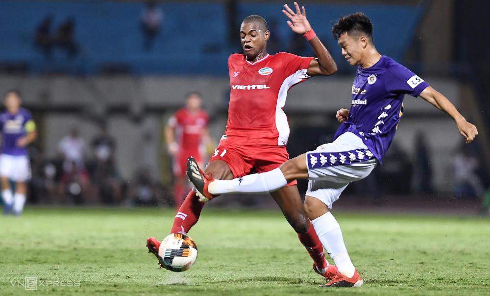 Trở lại sau chấn thương, Thành Chung mắc lỗi, để Viettel mở tỷ số trong trận hoà 1-1 trên sân Hàng Đẫy tối 5/7. Ảnh: Giang Huy