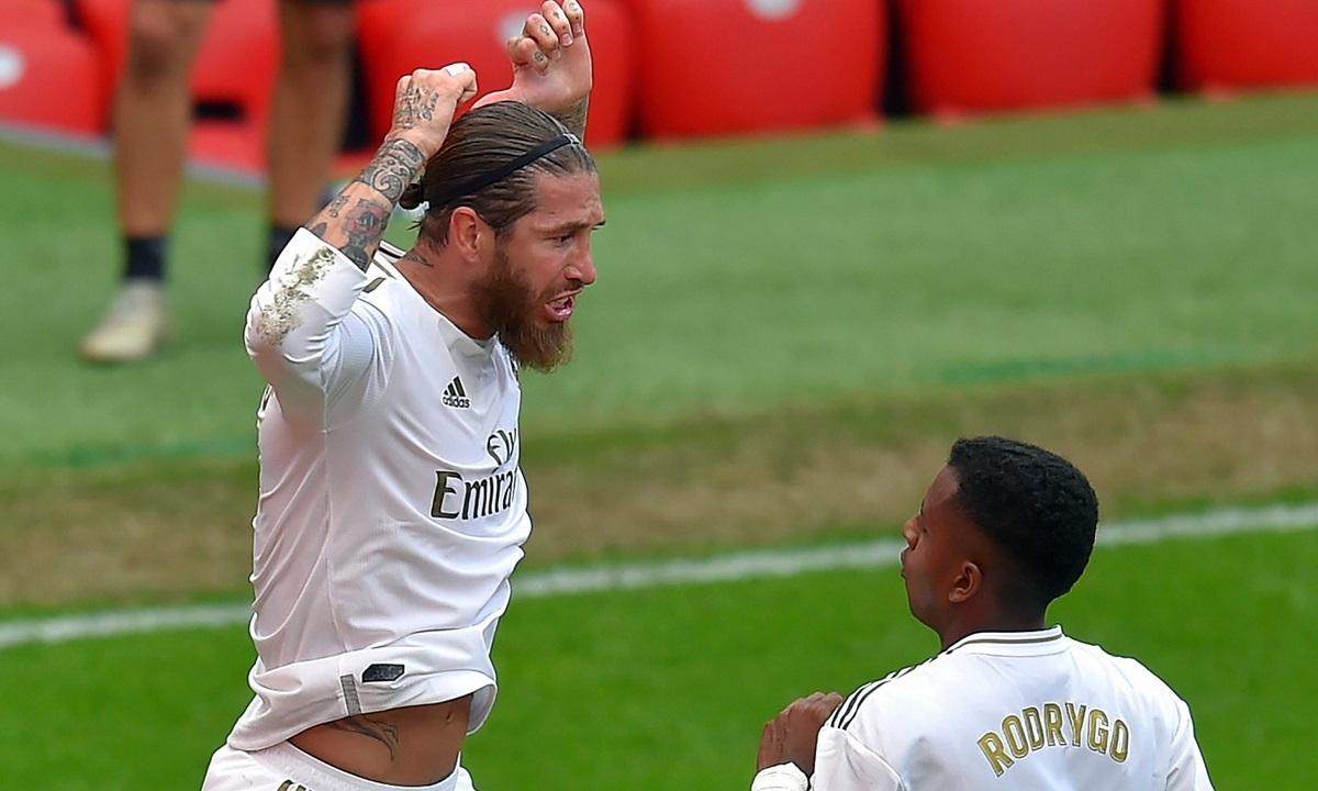 Ramos (trái) mừng cú sút 11m thành bàn vào lưới Bilbao. Ảnh: Reuters.
