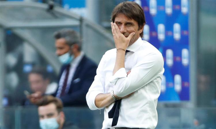 Conte họp 1 tiếng với các cầu thủ sau trận thua Bologna. Ảnh: Reuters.