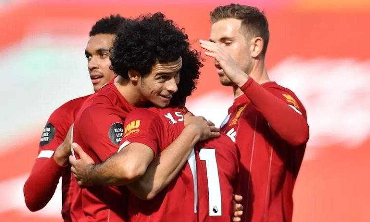 Jones trải nghiệm cảm giác ghi bàn ở Ngoại hạng Anh ở tuổi 19. Ảnh: AFP.