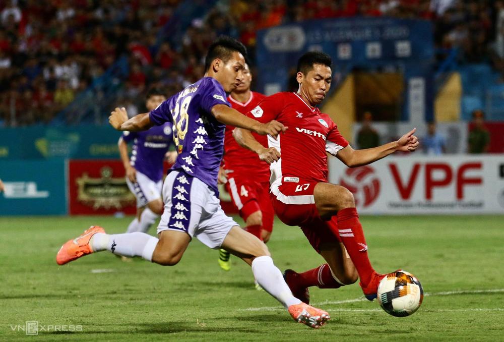Cầu thủ Viettel vất vả phòng ngự để có được một điểm trong trận derby thủ đô ngày 5/7. Ảnh: Lâm Thoả