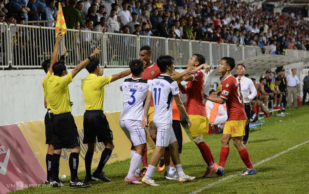 Cầu thủ Hà Tĩnh quây, phản ứng trọng tài khi không được công nhận bàn thắng.