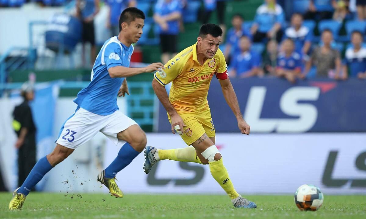 Nam Định (áo vàng) thua trận thứ tư trong năm trận gần nhất. Ảnh: Lương Dũng.